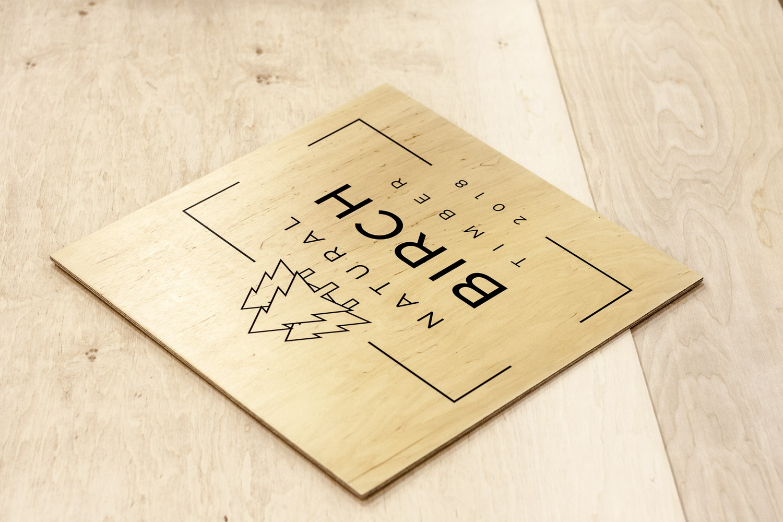 logo firmy drukowane na drewnie