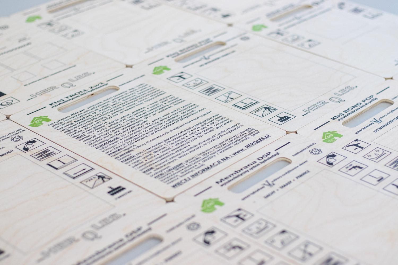tablice informacyjne drukowane na drewnie