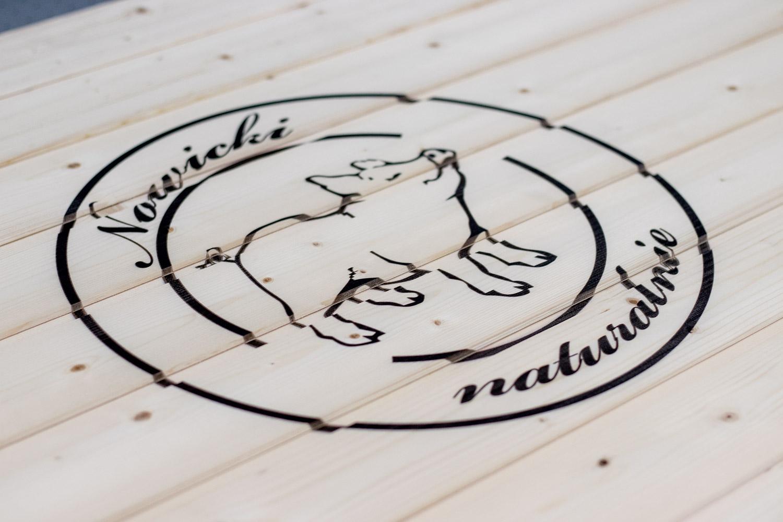 logo na drewnie
