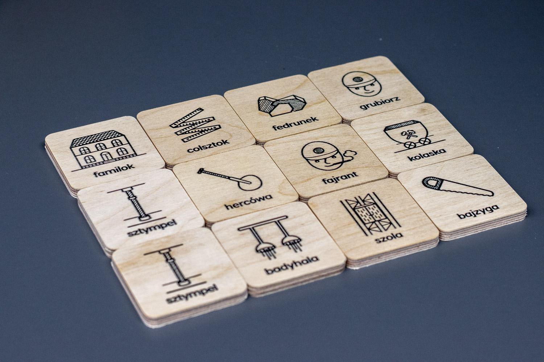 karty memo drukowane na drewnie