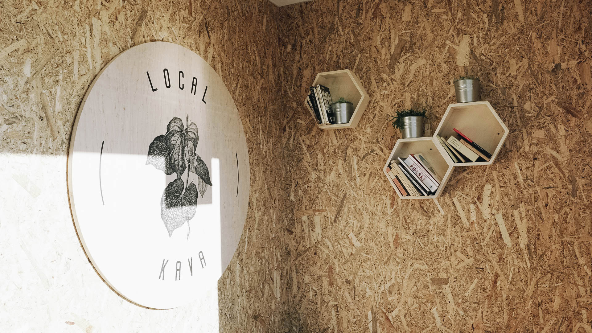 logo na drewnie kawiarnia